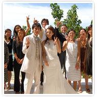 第九步,新人在關島教堂周邊,拍下與賓客的紀念照,見證海外婚禮永恆時刻