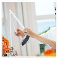 第六步,將祭壇正中央燭台兩側的蠟燭拿起,新郎新娘一同點燃中間的蠟燭,象徵兩人合而為一。